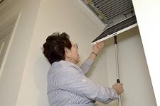 空気の吸込み口には電子式エアクリーナが設置されている。プレフィルタをメンテナンスするための開閉グリルは、開閉棒で開けるとゆっくりと下降し、安全に掃除などの作業ができる。