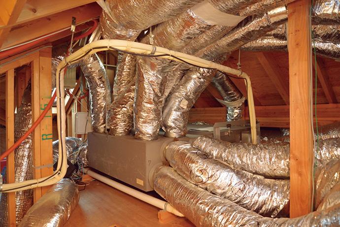 屋根裏に設置された室内機。ダクトなどはそのままに一部の機器だけを入れ替えるので、工事期間は短く抑えることができる。