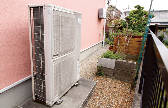 屋外に設置された室外機。家庭用エアコンの2台相当の大きさで家中の冷暖房を担う能力を持つ。※現在販売しているシステムの室外機とは異なります。