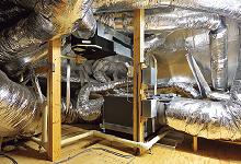 屋根裏に設置された空調室内機本体。