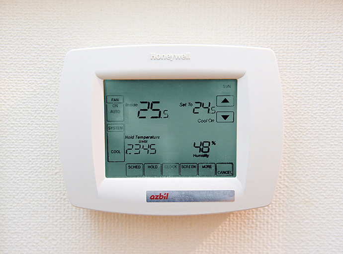 全館空調システムの冷暖房を制御するリモートコントローラ。2階のキッチンスペース脇に設置されている。