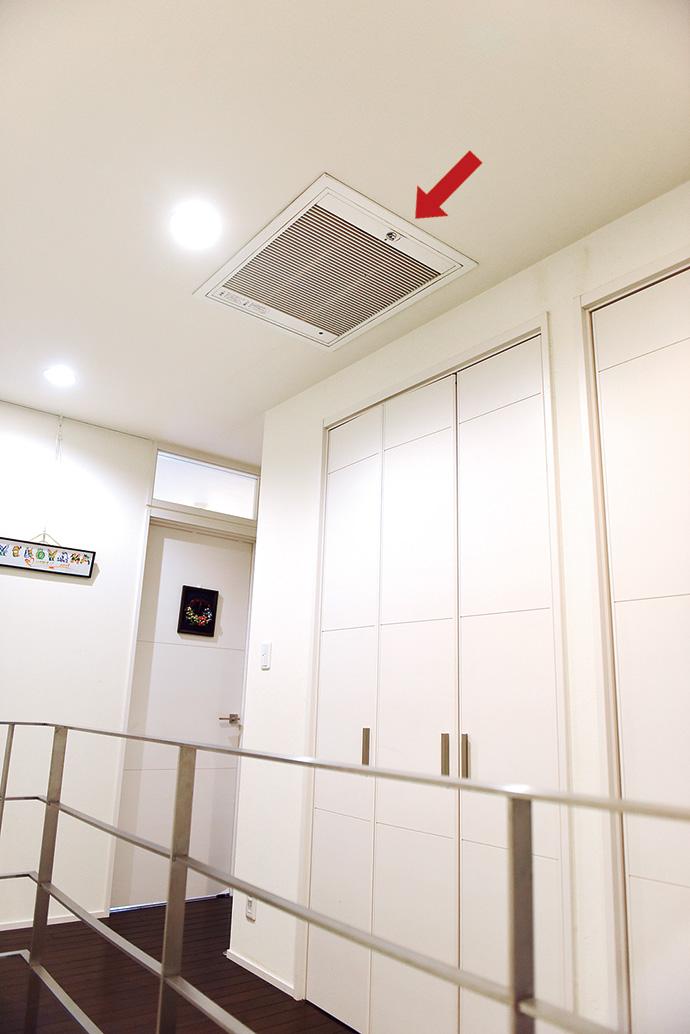 2階踊り場の天井に設置された電子式エアクリーナ。屋内を回った空気が空気清浄機である電子式エアクリーナを経て空調機に戻る。これを1時間に最大で3~5回繰り返す。