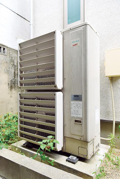 屋外の裏庭に設置された室外機。家屋全体の冷暖房を担う能力を備える。