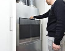 全館空調システムの本体となる室内機の前面に取り付けられている電子式エアクリーナのフィルタ。2週間に1回程度、フィルタ表面のホコリを掃除機で取り除くだけと、日常のお手入れも簡単。