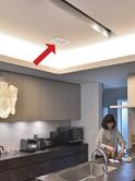 リビングやキッチンなど各所に配置された温風、冷風の吹出し口。空調の効果を最大化するため、室内の気流を考慮して取付け位置を設計している。