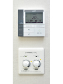2階に設置された「きくばり」の冷暖房を制御するリモートコントローラ。