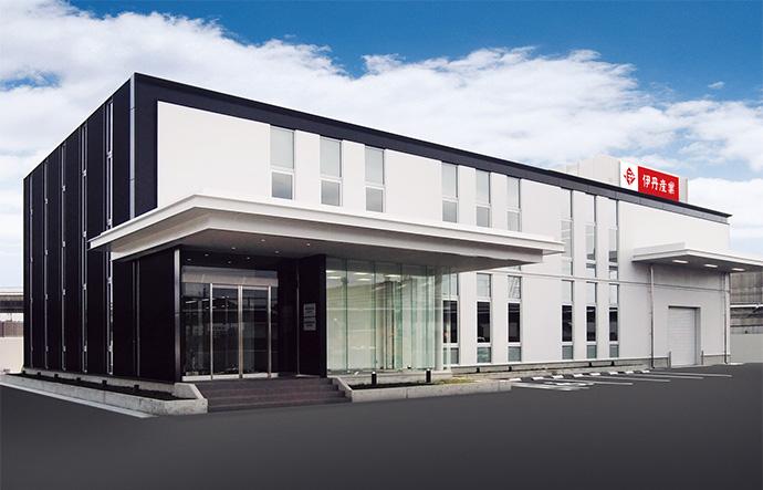 最新の充填(じゅうてん)システムや、太陽光の設備を有する京都工場。