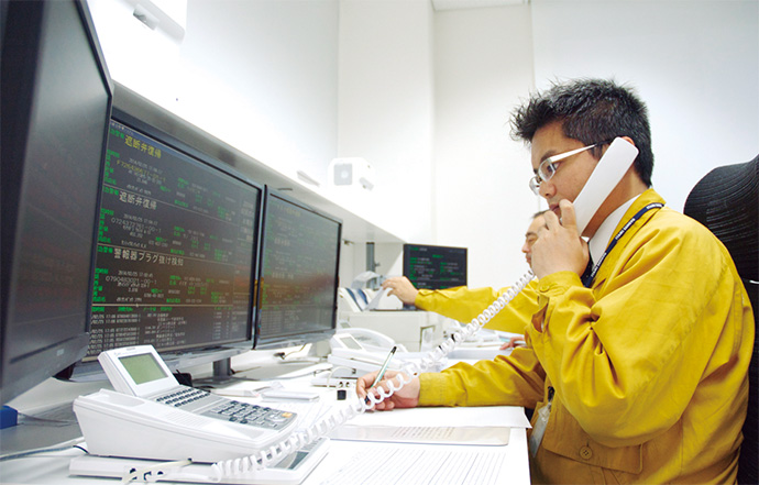 ACU集中監視センターに設置されたLPガス集中監視システム ACU24の監視画面。各戸のガスメーター脇に設置されたLPガス集中監視用通信装置からガス切れやガス漏れにかかわる警報、あるいは自動検針の情報などがこの画面を通じて監視員に通知される。
