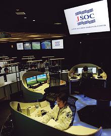 あらゆる脅威に精通したセキュリティのプロフェッショナルが顧客のセキュリティ管理を遠隔から行っているラックのJSOCでは、異常な通信などを発見すると即座に解析、顧客へ連絡し対策を行うなどサイバー空間での脅威からお客さまを常に守っている。