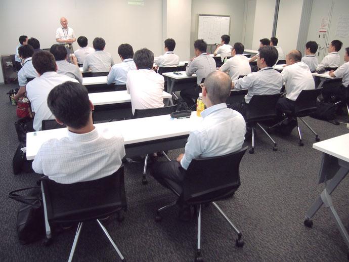 第1回の検定ではネットワークBAシステムのフィールド技術を対象種目として実施。スタートアップ調整、メンテナンスサービスの分野で最高レベルの業務習熟度を持つ22人の社員が受検した。