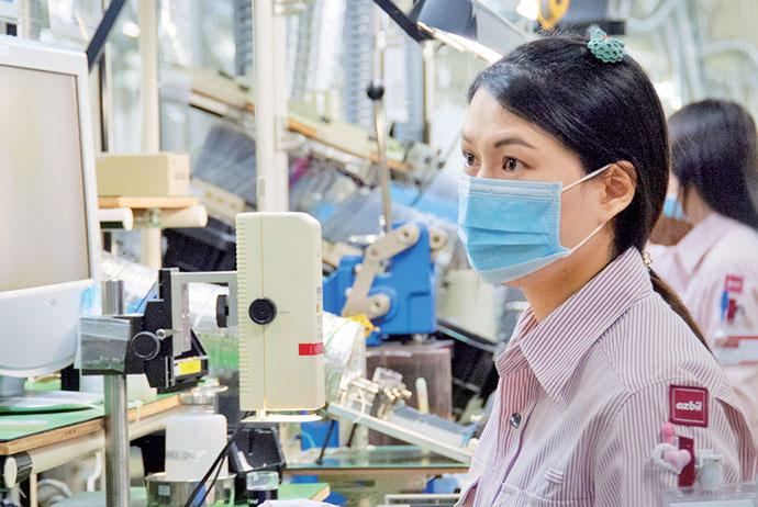 アズビルプロダクションタイランド株式会社の製造ライン。温度調節計、空調用コントローラなどの自動制御機器を製造している。