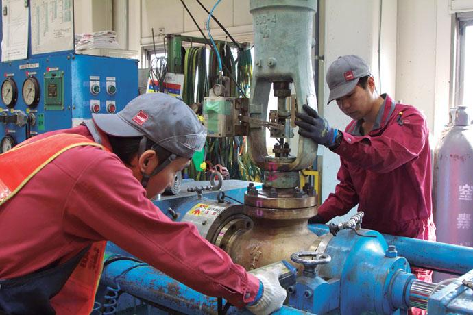 整備が完成したバルブは、専用試験機を用いて各種の機能検査を行う(耐圧、気密試験・漏洩試験・作動試験等)。