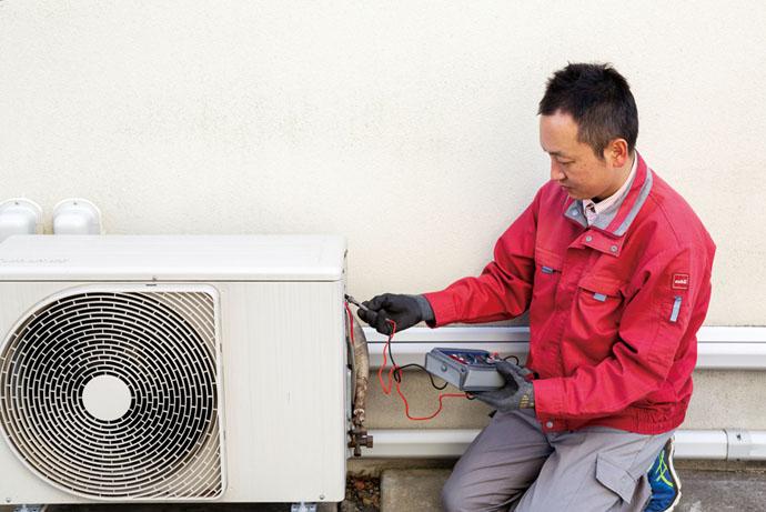「室外機」で、電圧・電流など電気系統の点検などを行う。