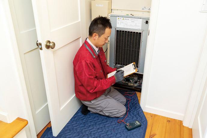 「室内機」で、電圧・電流など電気系統の点検などを行う。