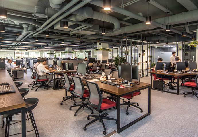 新しいオフィスはフリーアドレスとなっており開放感がある。2