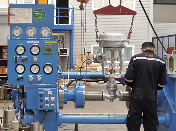 開放点検・修理が完了したバルブは、サイズに応じた耐圧・気密試験を実施して健全性を確認する。