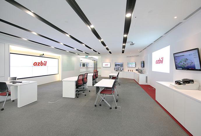 シンガポール東南アジア戦略企画推進室内に設置されたショールーム。藤沢テクノセンターや湘南⼯場、そしてほかの現地法⼈とオンラインでつなぎ、お客さまに⽣産体制や技術⼒をリアルタイムで発信する。