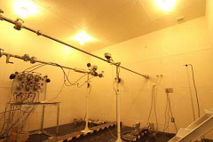 音が響かない特別な実験室(無響室)。バルブの流水音量を計測し、居室内の静音性向上を目指した製品開発を行っています。