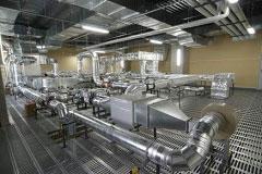 動物や薬品の実験室に配置されたヒュームフードの上部(天井裏)は、広いスペースを確保し研究施設向け環境制御システムを設置して実験・計測ができるようになっています。