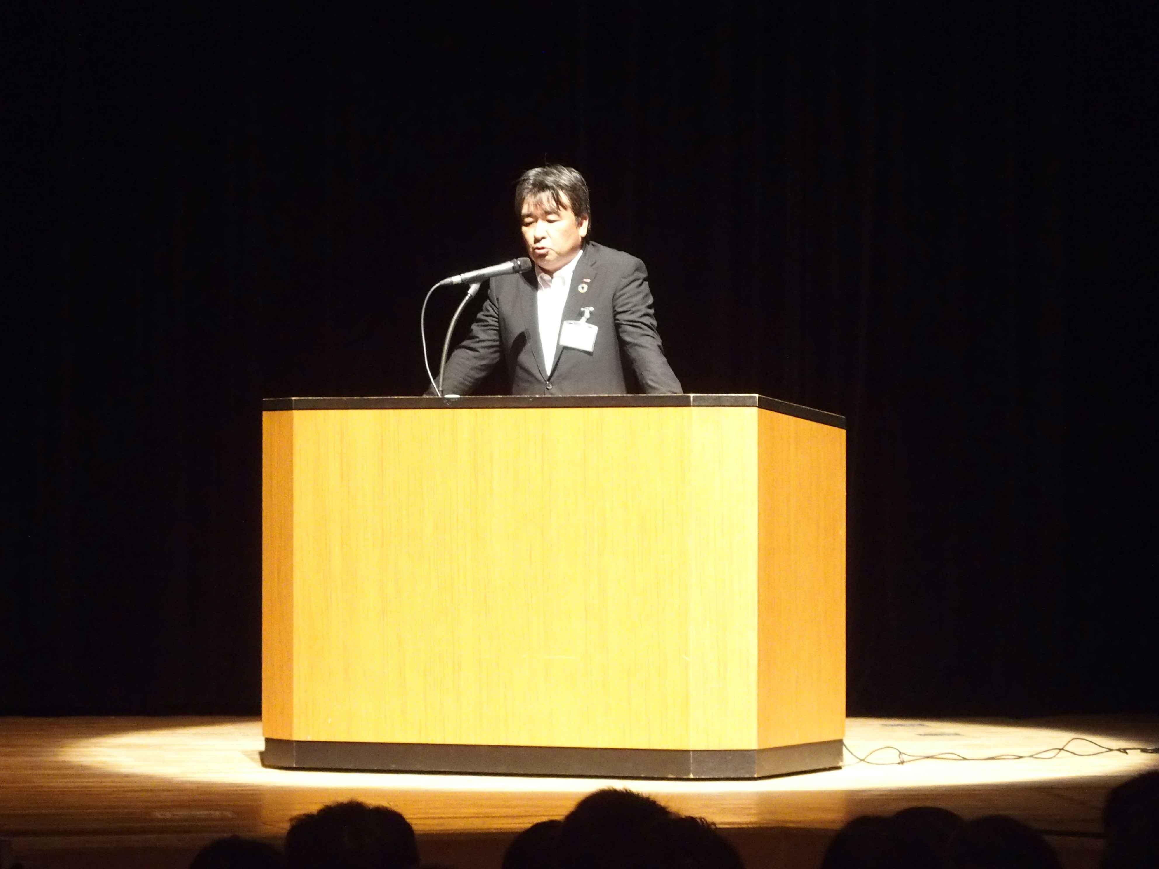 開会の挨拶を行うビルシステムカンパニー社長<br>濱田和康