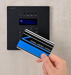 入退室管理システム IDSMART-II 黒に非接触ICカードをかざしている写真