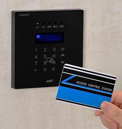 入退室管理システム IDSMART-II 黒と非接触ICカードの製品写真