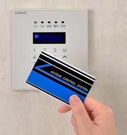 入退室管理システム IDSMART-II 白に非接触ICカードをかざしている写真